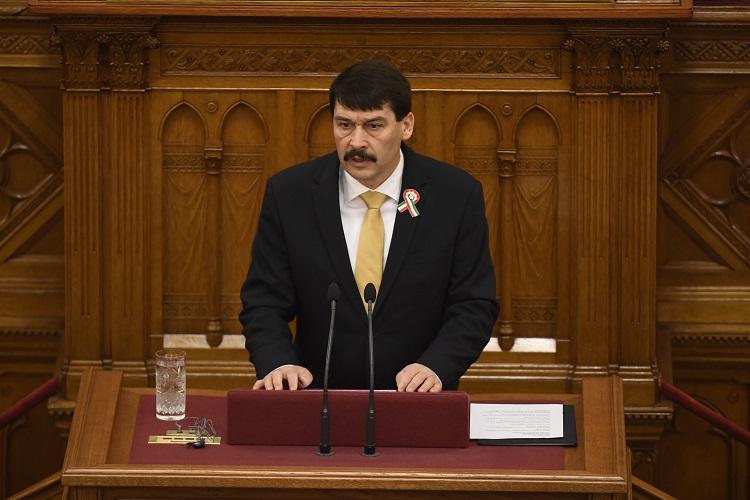Präsident Áder unterschreibt umstrittenes Sozialversicherungsgesetz