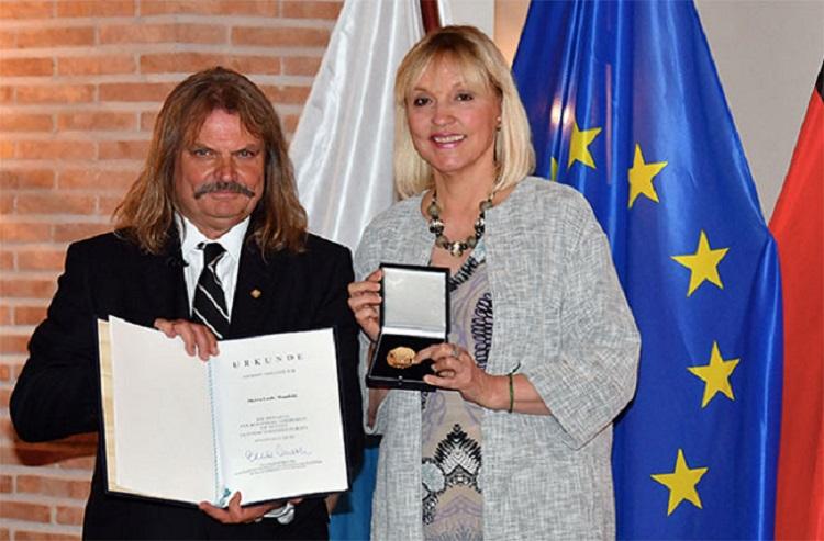 Medaille für besondere Verdienste um Bayern in einem Vereinten Europa an Leslie Mandoki verliehen