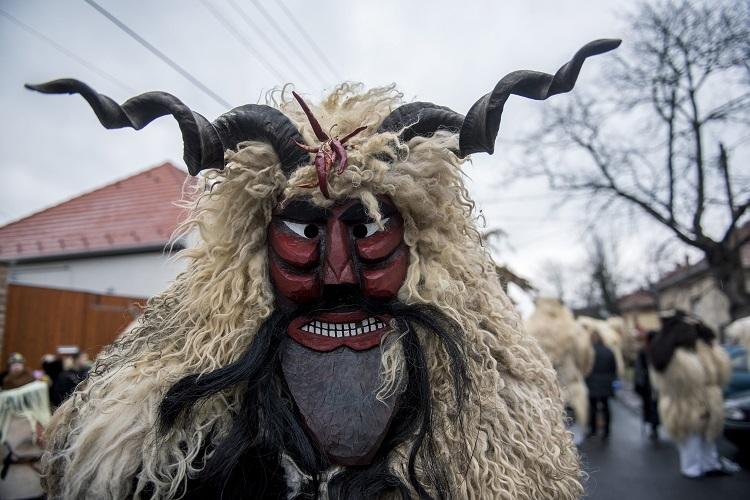 """""""Busójárás"""" in Mohács – Das größte Faschingsfest Ungarns"""