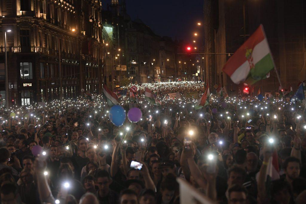 Zehntausende demonstrieren erneut gegen die Regierung in Ungarn post's picture