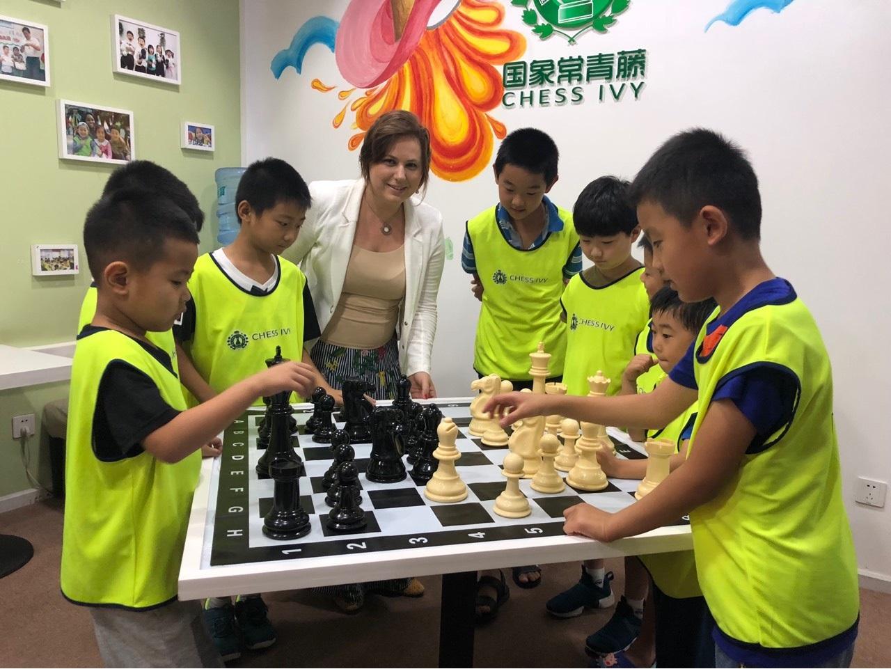 Ungarische Schachmeisterin erobert chinesische Schulen post's picture
