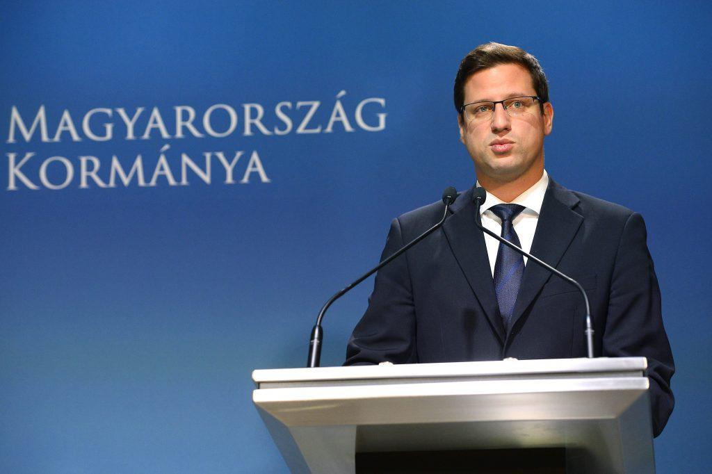 Gergely Gulyás weist die Korruptionsvorwürfe gegen Viktor Orbán als Verleumdung zurück
