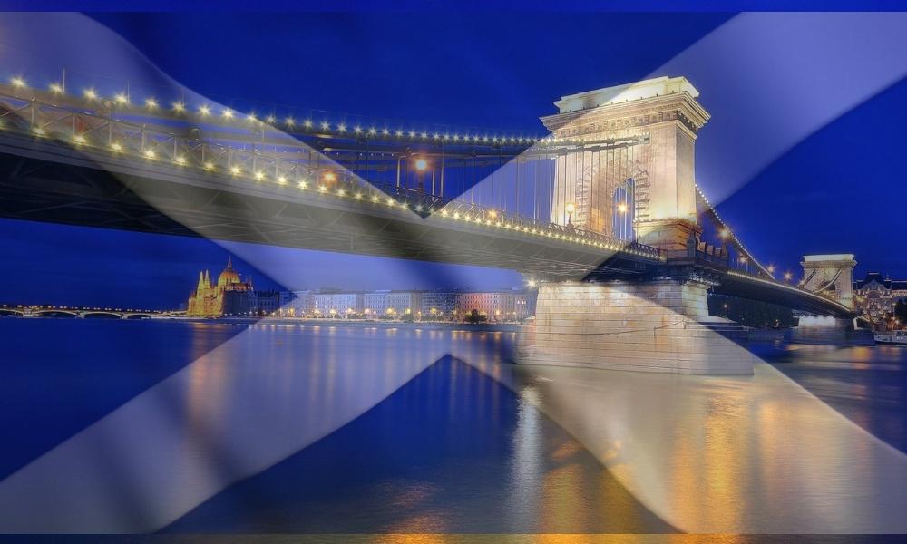 30. November: Kettenbrücke in schottischen Nationalfarben beleuchtet post's picture