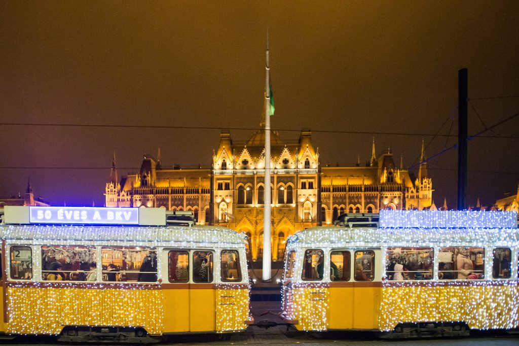 Budapest feiert mit spektakulärer Weihnachtsstraßenbahn post's picture