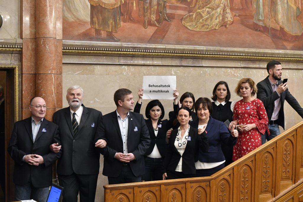Skandal im Parlament: das neue Arbeitsgesetzbuch zugestimmt