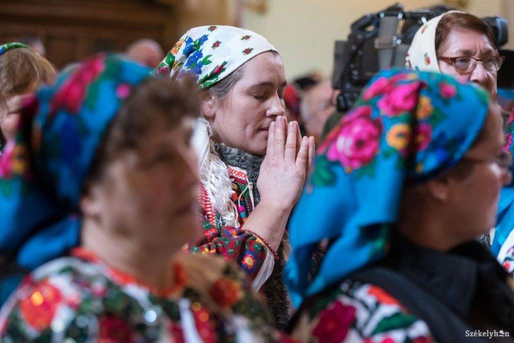 Nach 30 Jahren können Tschangos die Messe auf Ungarisch anhören
