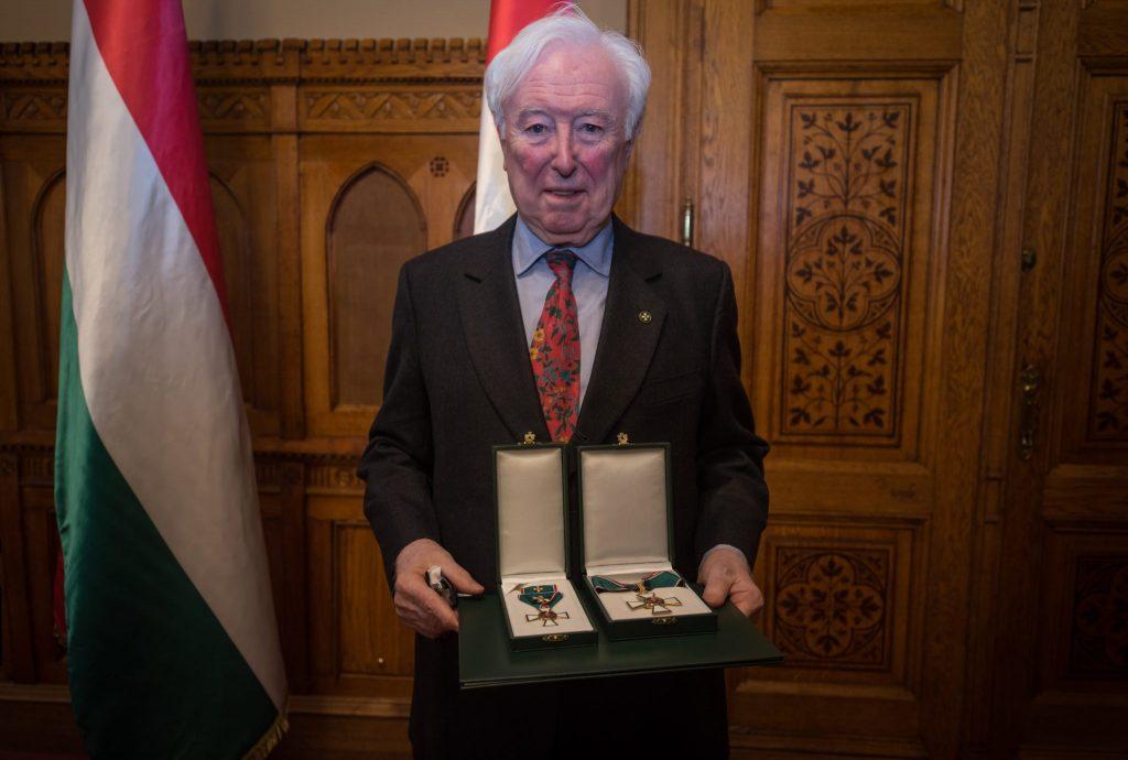 John O'Sullivan, ein ehemaliger Redenschreiber von Margaret Thatcher bekommt ungarischer Verdienstorden