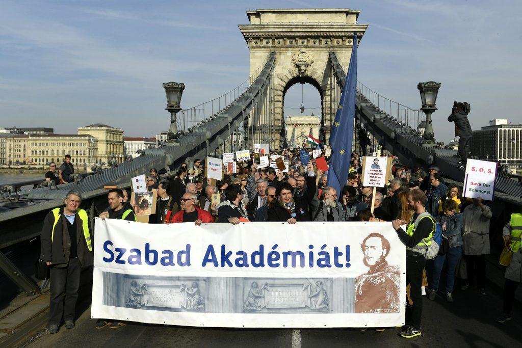 Wissenschaftler demonstrieren für Forschungsfreiheit
