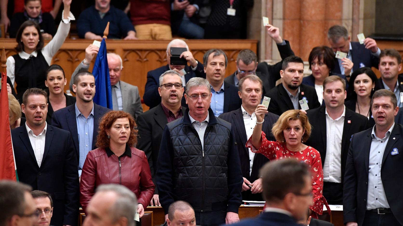 Corona-Maßnahmen: Opposition will außerordentliche Sitzung im Parlament