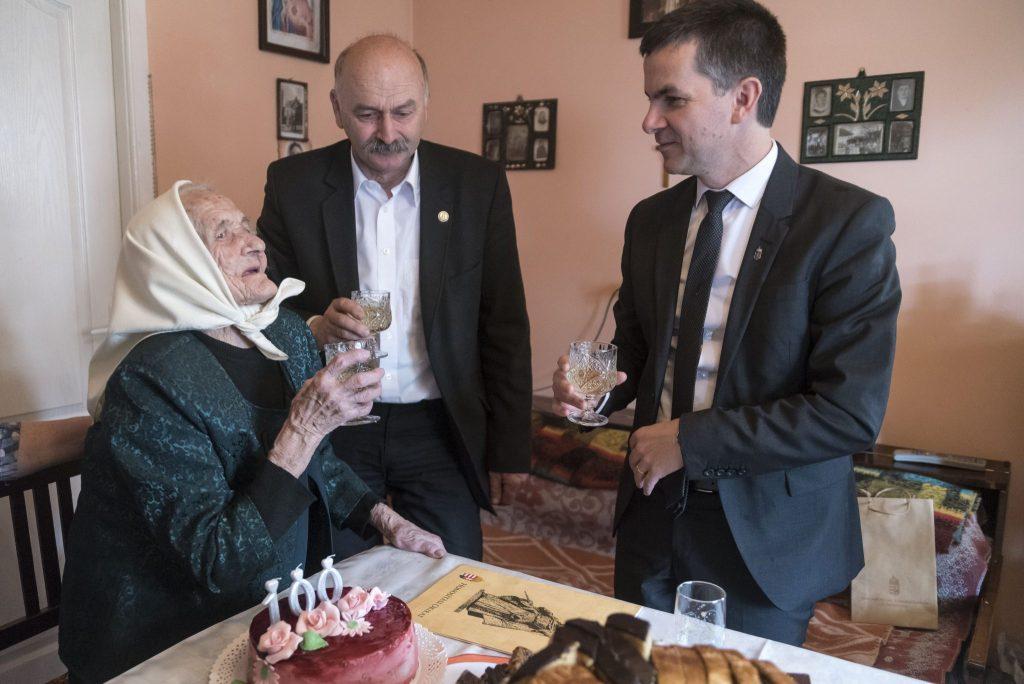 100-jährige Frau wurde zum dritten Mal ungarische Staatsbürgerin