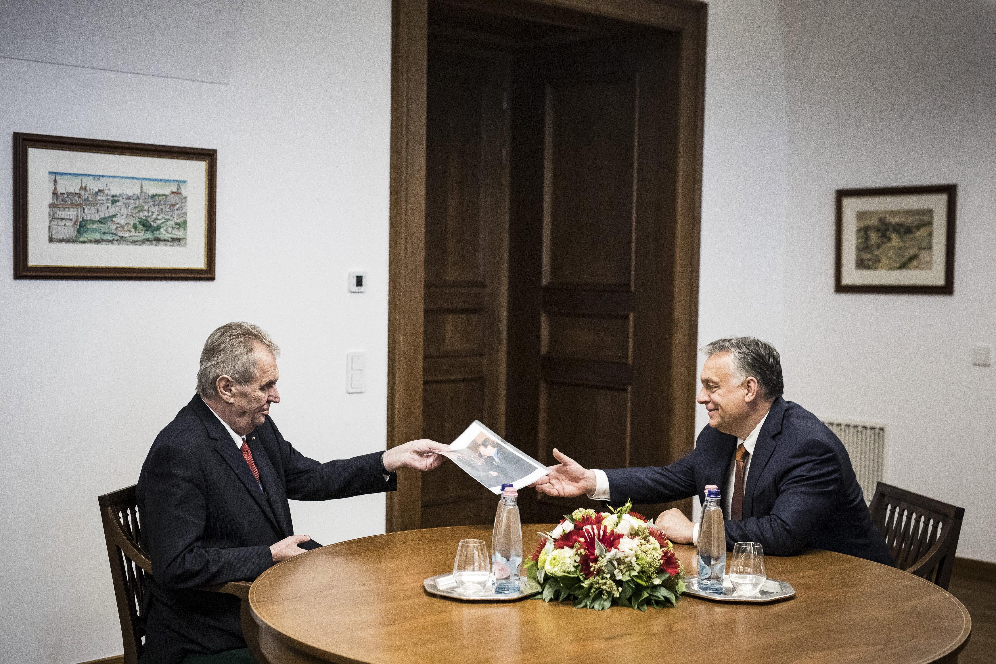 Orbán und Zeman diskutieren über V4-Zusammenarbeit in Budapest post's picture
