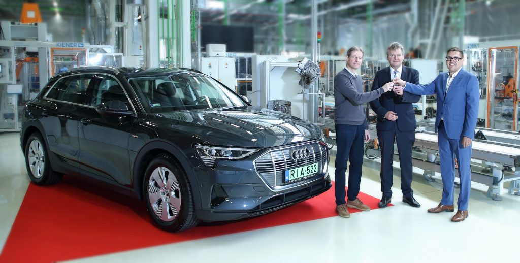 Der erste ungarische Audi e-tron übergeben