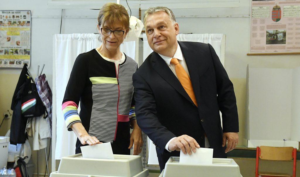 Premier Orbán stimmt ab und ist optimistisch
