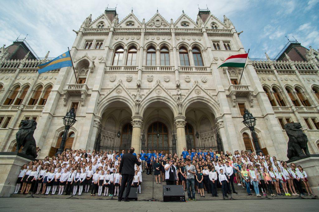 7000 Kinder singen die Hymne des nationalen Zusammenhalts zum Gedenken an den Trianon-Vertrag