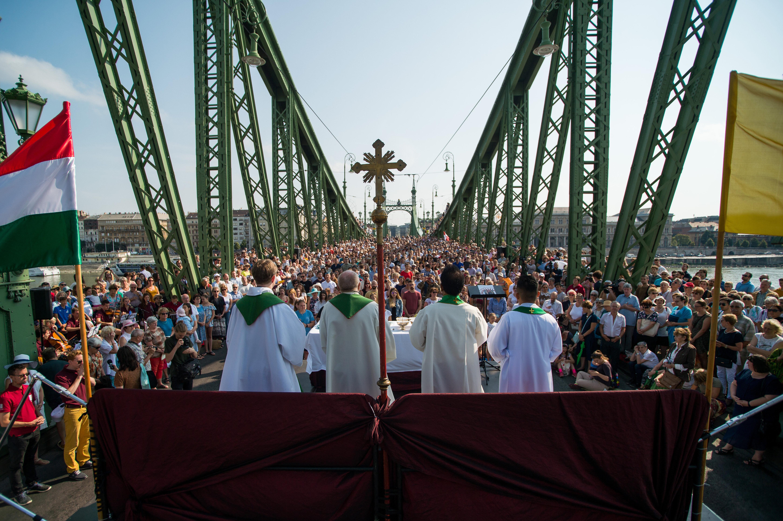 Freiheitsbrücke: 2.000 Menschen an der Heiligen Messe post's picture