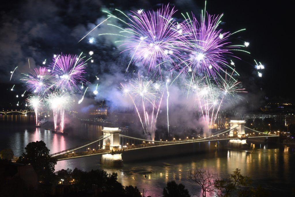 20. August: Budapest verbietet Feuerwerk auf der Kettenbrücke