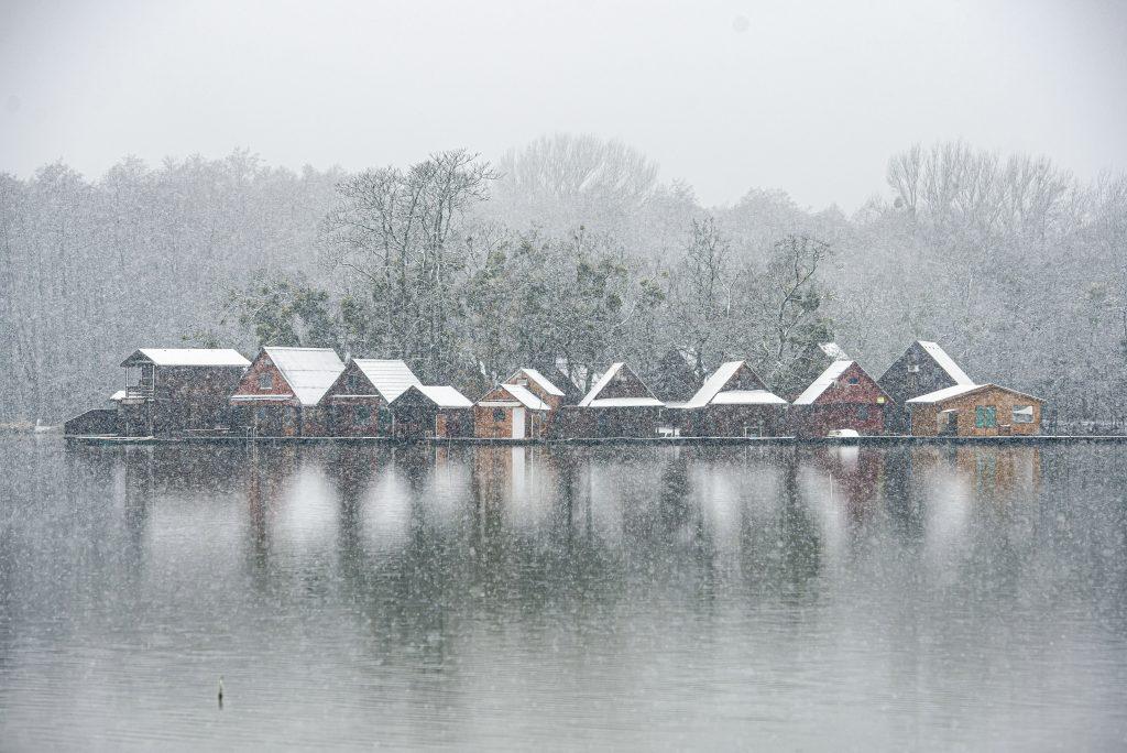 Erster Schnee ist zauberhaft, bringt aber Verkehrsprobleme