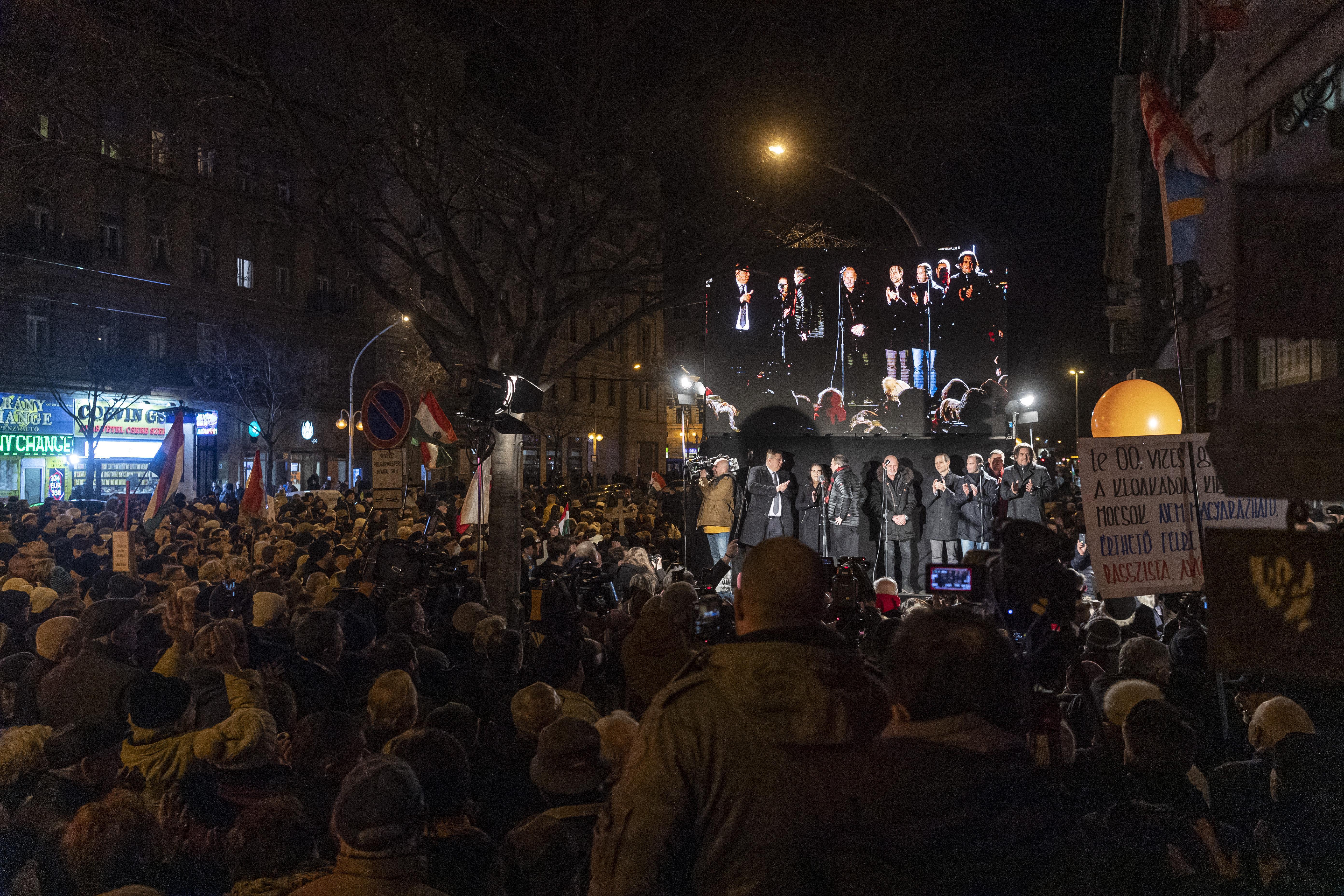 Hitziger Protest gegen Hass, Demonstranten fordern Rücktritt des Bürgermeisters post's picture