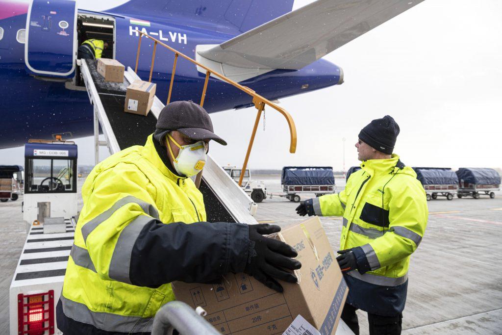 Erste Lieferung mit Schutzausrüstungen kommt aus China an
