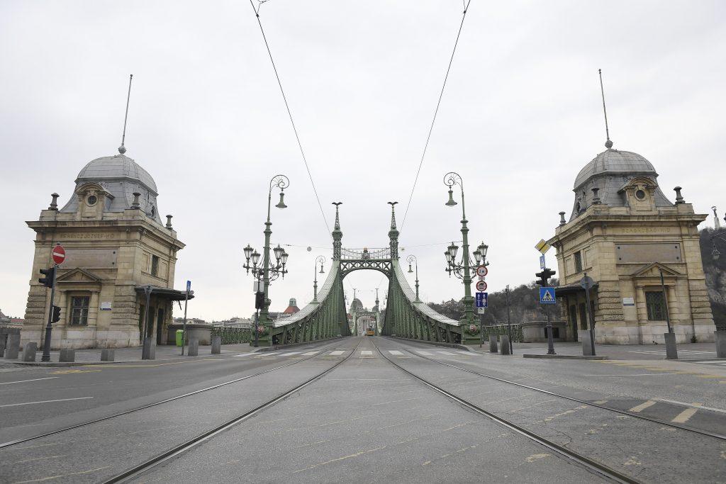 Leere Budapester Straßen sehen als postapokalyptische Filmszenen aus post's picture