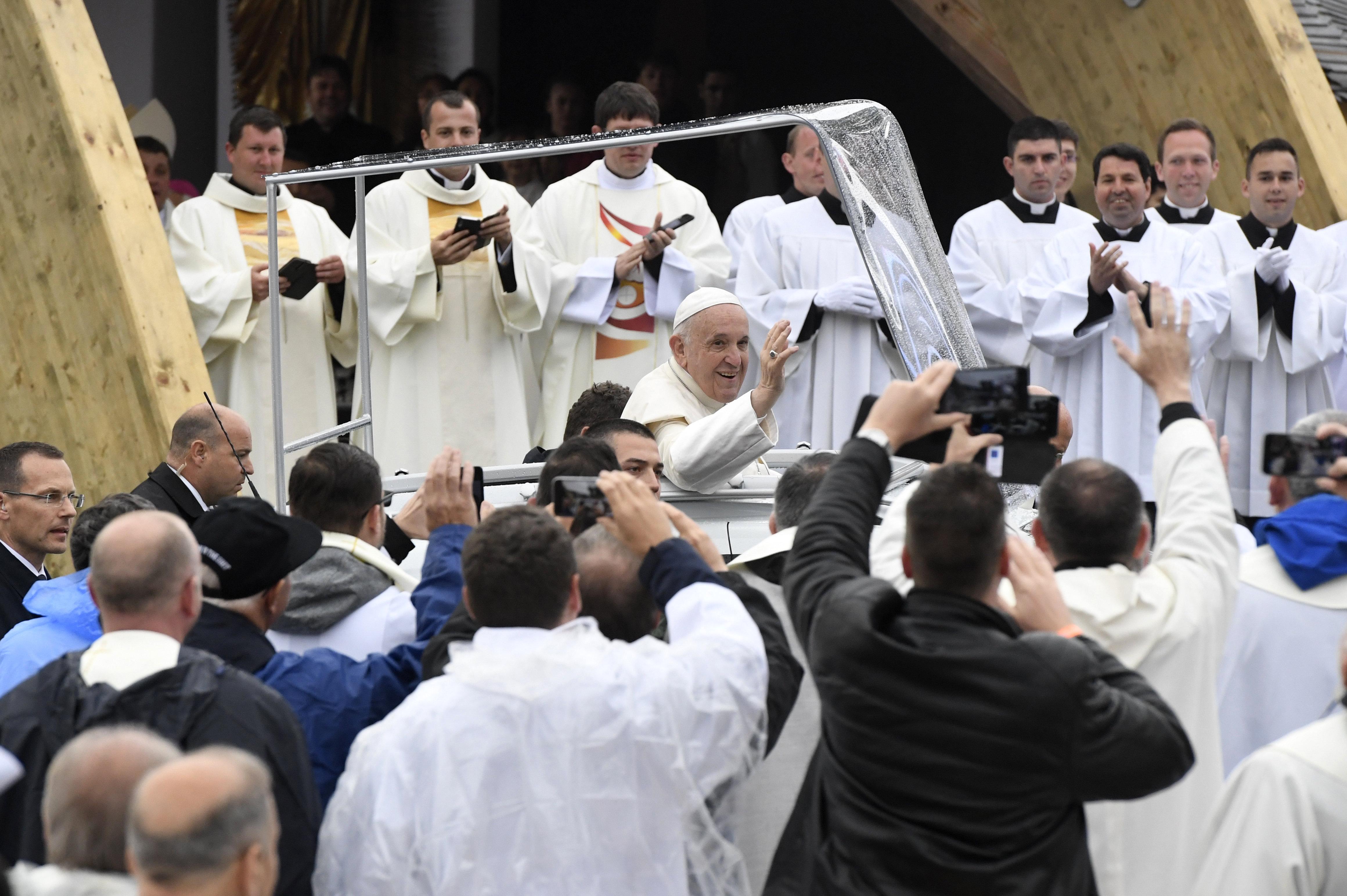 135-köpfige Schweizer Garde schützt Papst Franziskus in Budapest