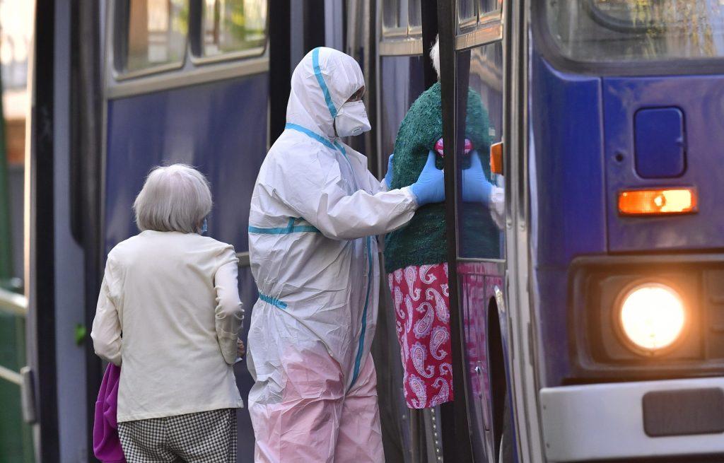 Weitere 56 ältere Personen aus dem Budapester Altersheim ins Krankenhaus gebracht