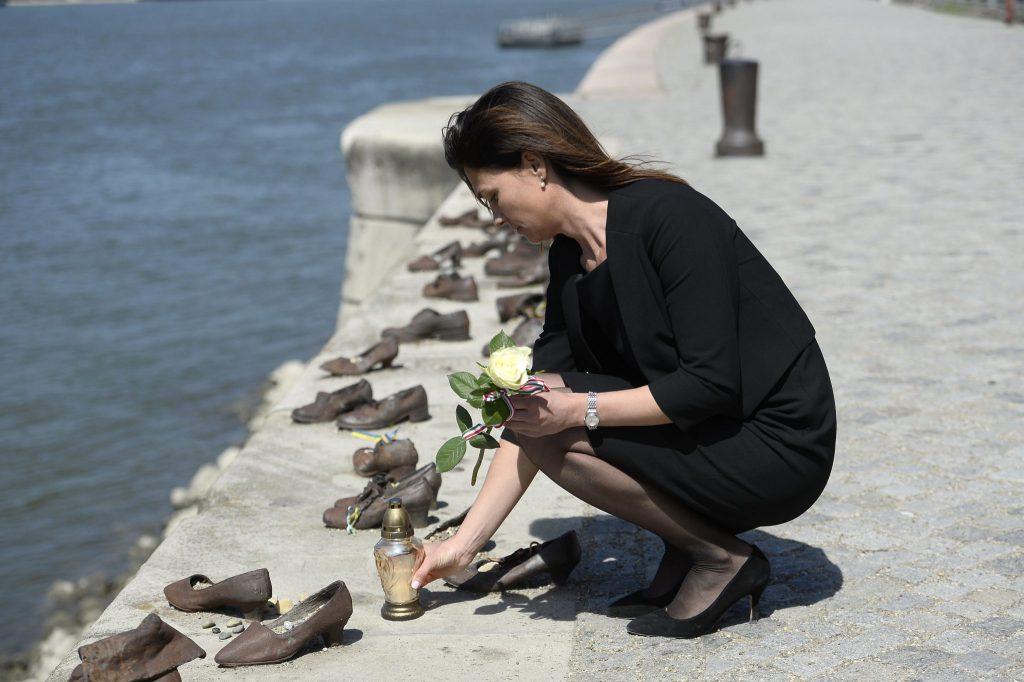 Holocaust-Gedenktag: Justizministerin zündet Kerzen bei Schuhen am Donauufer an