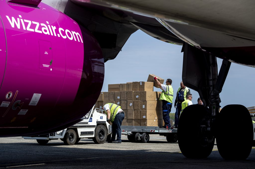 Szijjártó: Fünf Flugzeuge haben Masken und Tests nach Ungarn geliefert