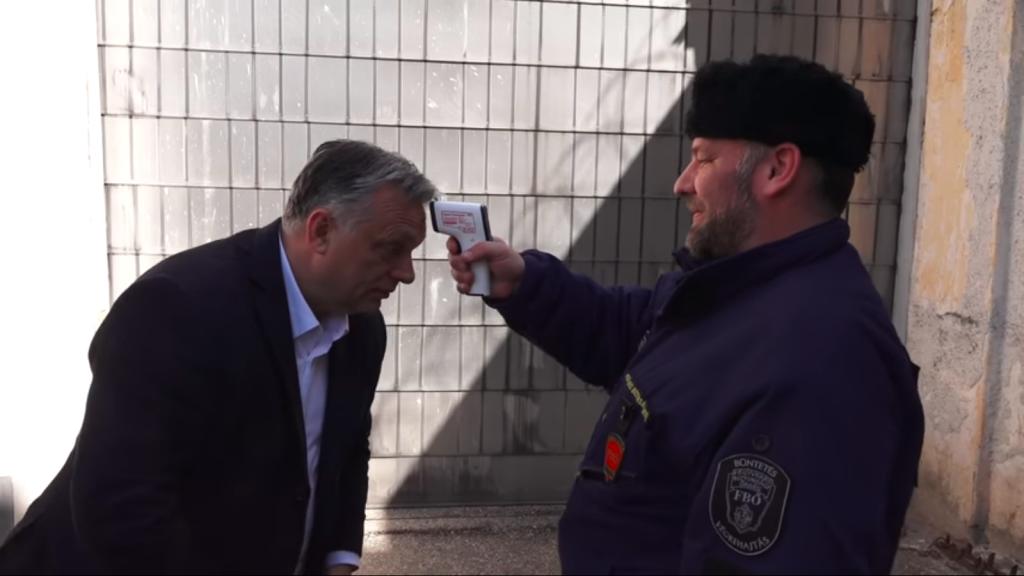 Orbán checkt die Herstellung von Gesichtsmasken im Gefängnis