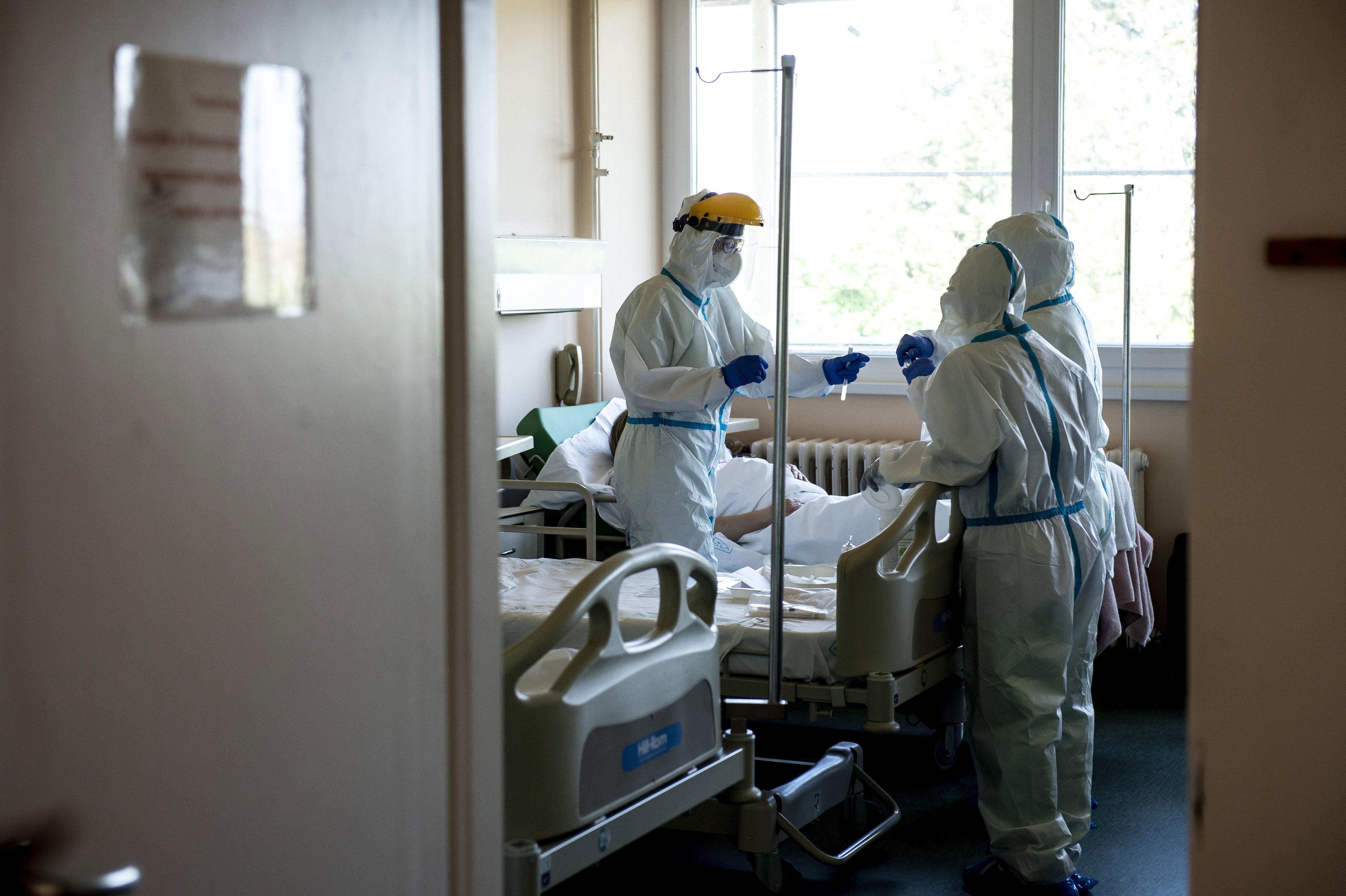 Trauriger Rekord: Mehr als 7000 Neuinfizierte an einem einzeigen Tag