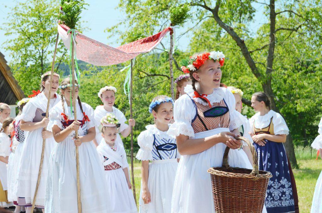 Heidnische und christliche Traditionen zum Pfingstfest