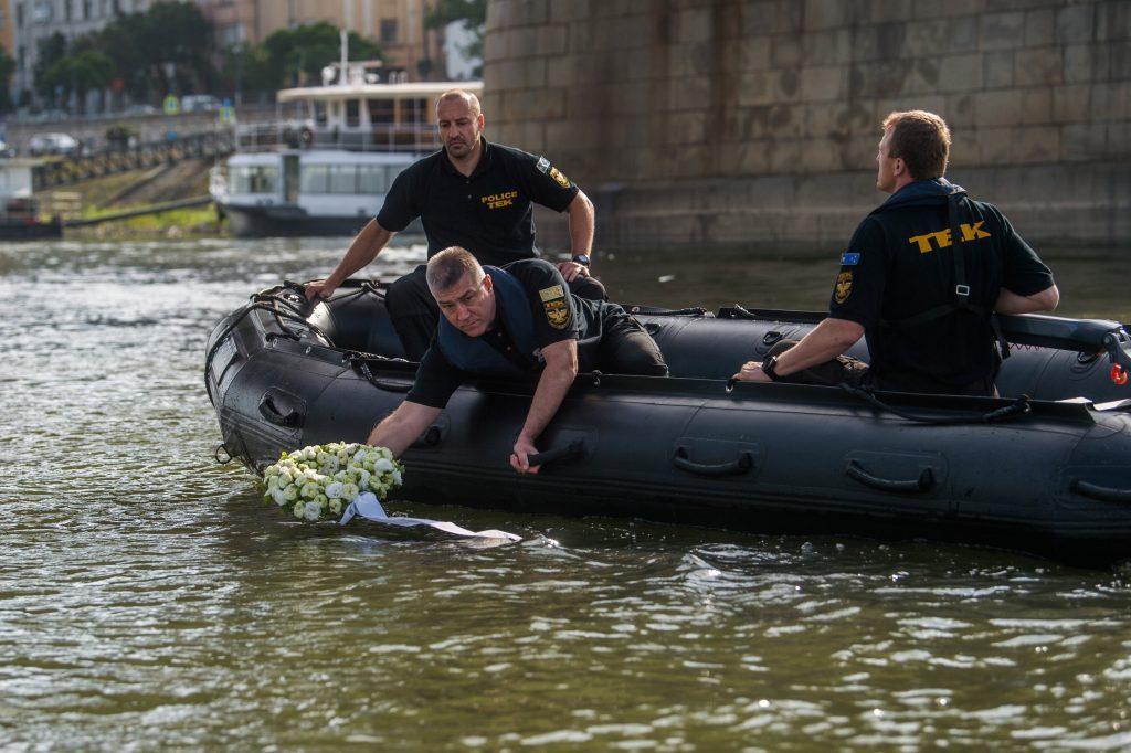 Schiffskollision 2019: Kranz schwimmt auf der Donau