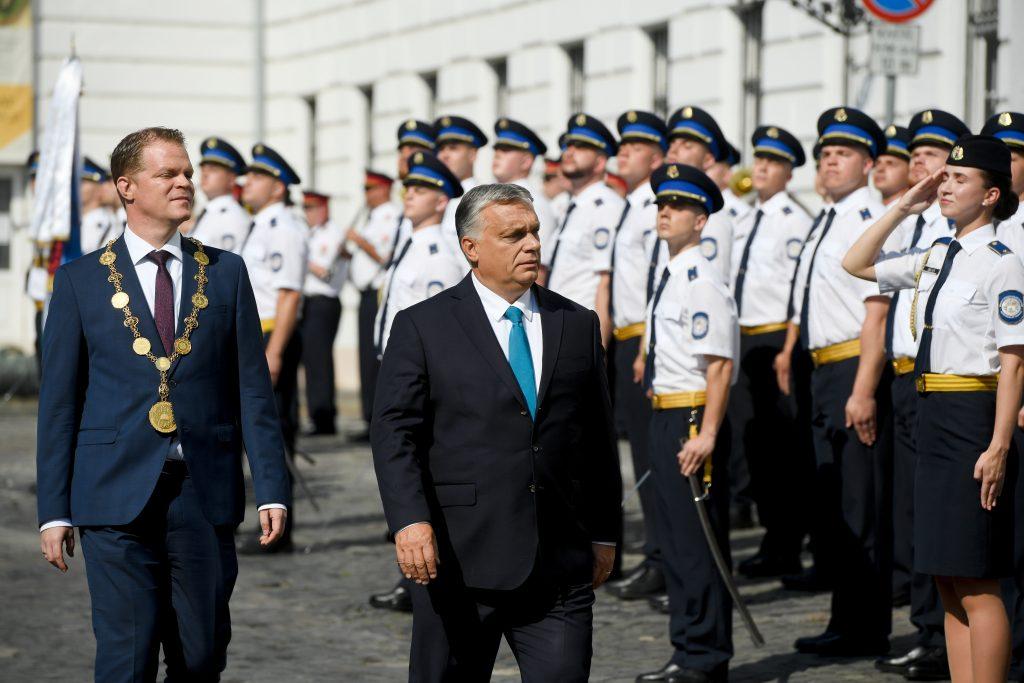 Orbán: Ungarn wird seine Offiziere niemals verlassen