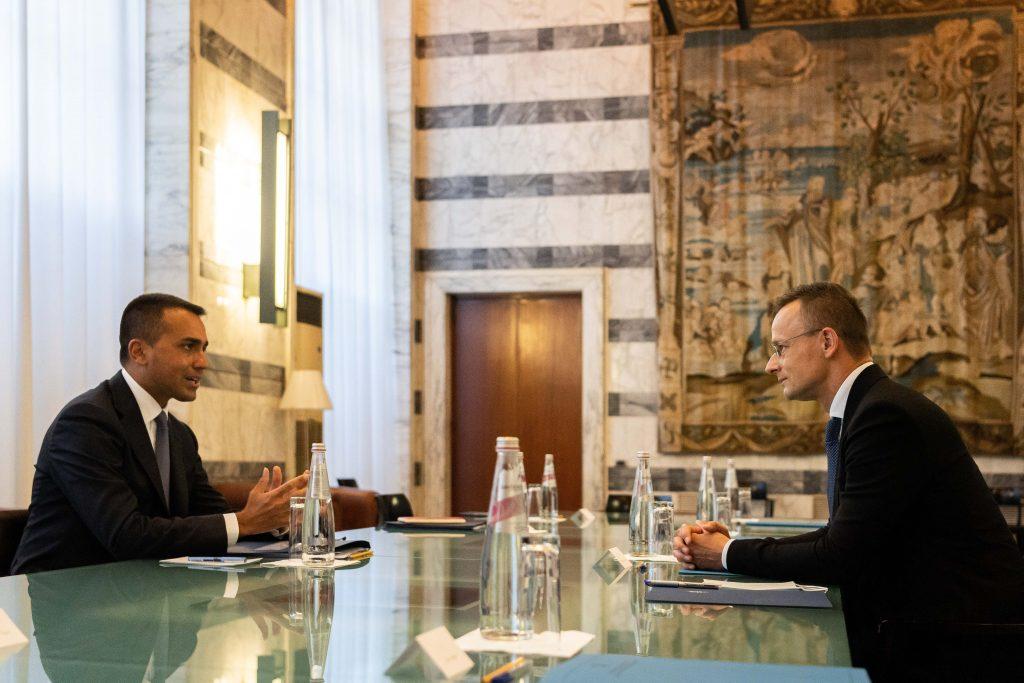 Szijjártó diskutiert die Migrationspolitik mit dem italienischen Amtskollegen