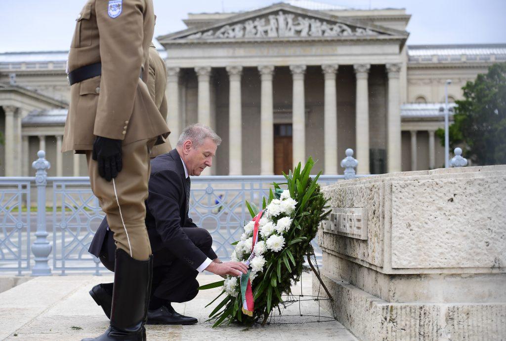 Verteidigungsminister legt Kranz am Denkmal der ungarischen Helden