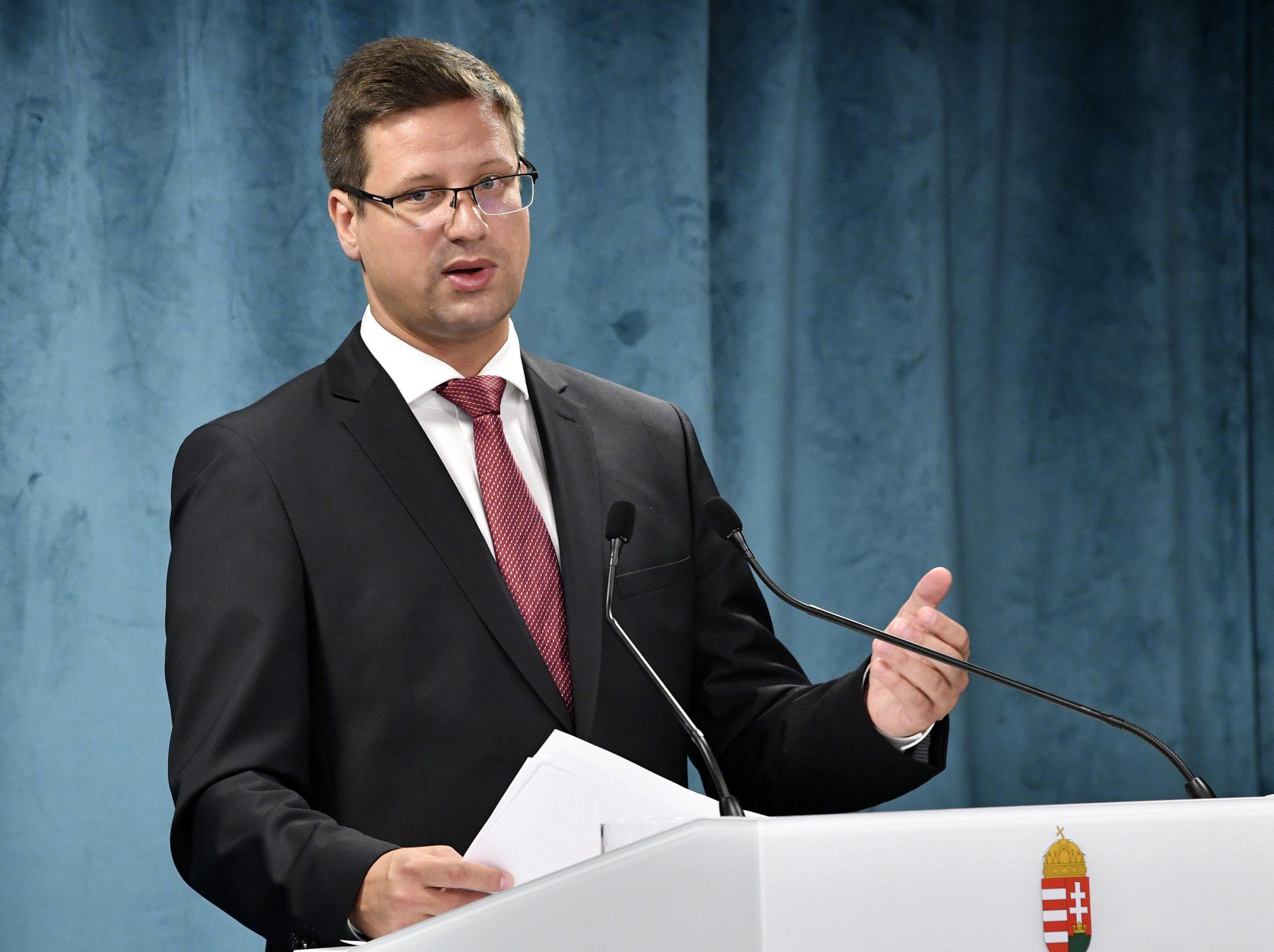 Kanzleramtsminister über die Pfizer-Massenimpfung: