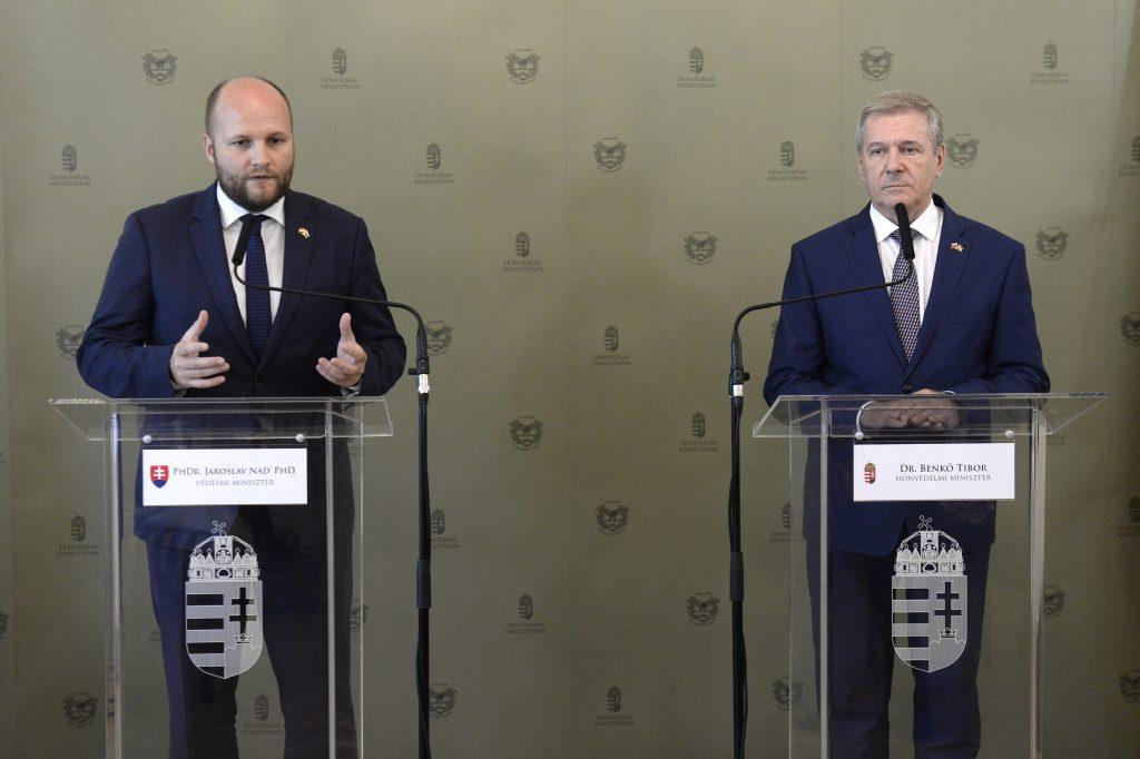 """Verteidigungsminister: """"Gegen die Herausforderungen können wir uns nur mit gemeinsamer Kraft erfolgreich schützen"""" post's picture"""