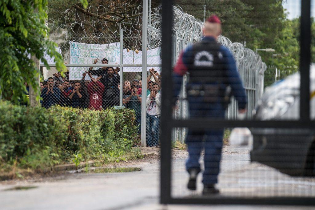 Menschenschmuggler mit Migranten auf M7 inhaftiert