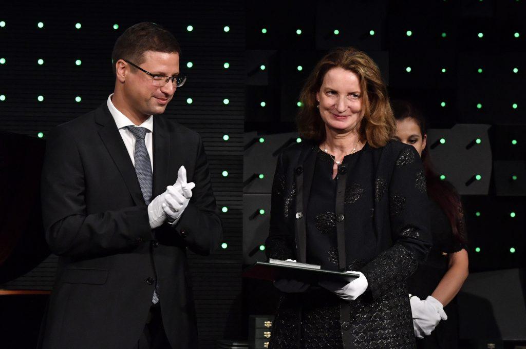Botschafterin Österreichs mit dem Offizierskreuz des Verdienstordens geehrt