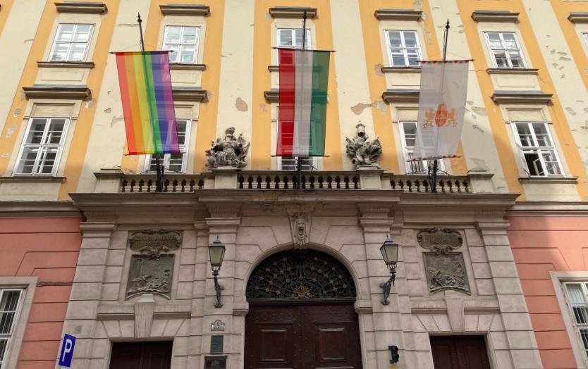 Regenbogenfahne am Budapester Bürgermeisteramt