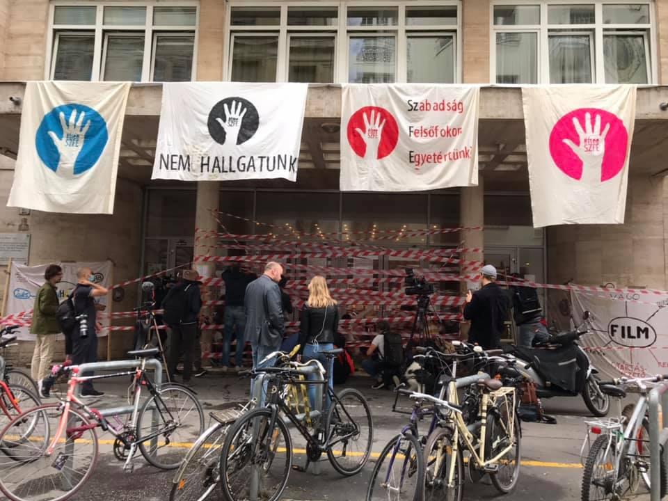 Umstrukturierung: Studenten der Uni für Theater- und Filmkunst protestieren mit Barrikaden
