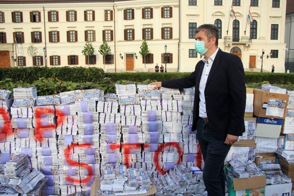 Nationale Konsultation: 260.000 leere Fragebögen ins Orbáns Büro gebracht