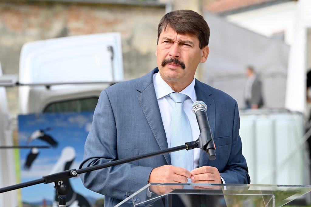 Präsident Áder drängt auf neuen Antrieb für die Baumbepflanzung