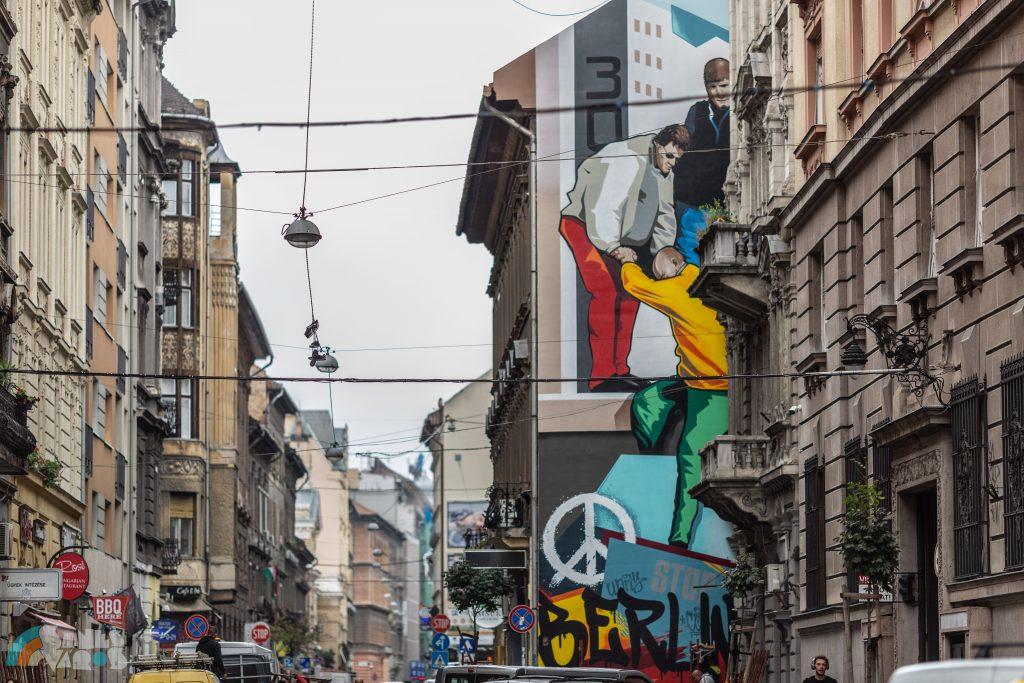 Budapest: Brandmauer-Gemälde erinnert an die Wiedervereinigung Deutschlands post's picture
