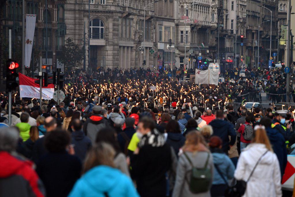 Schauspielstudenten marschieren für die Autonomie der Universität