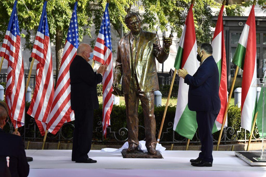 Orbán enthüllt das George Bush-Denkmal in Budapest