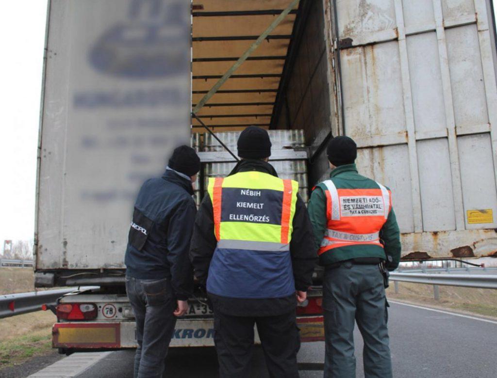 Gefälschte Waren in einem türkischen Lastwagen gefunden