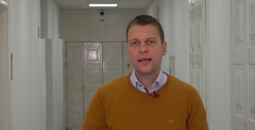 Staatssekretär Menczer reagiert auf die negative Kritik gegenüber Orbán