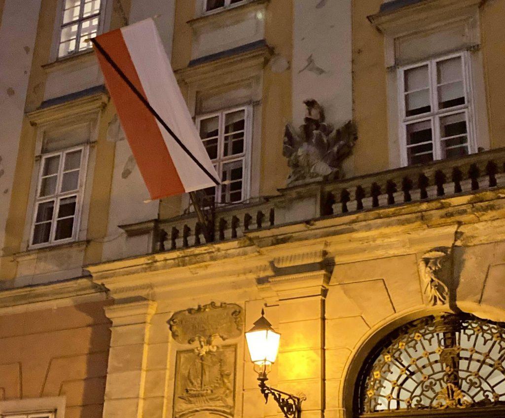 Wiener Flagge mit schwarzem Band in Budapest gehisst