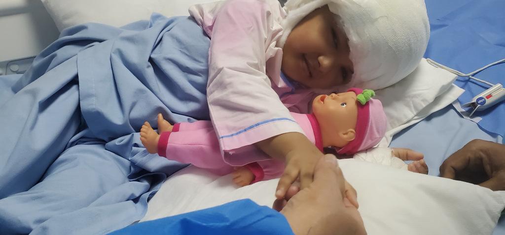 Nach Schädeloperation: Simasesisches Zwillingsmädchen in gutem Zustand